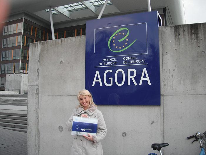 У здания Агора - одного из зданий Совета Европы в Страсбурге